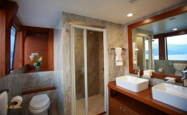 Head and shower room in Cklass Nautique