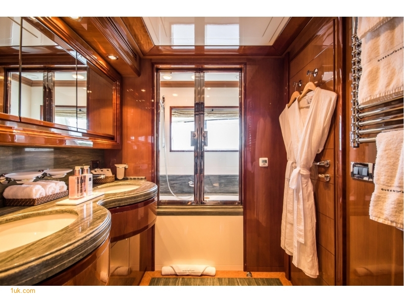 High standard shower room with sinks and head
