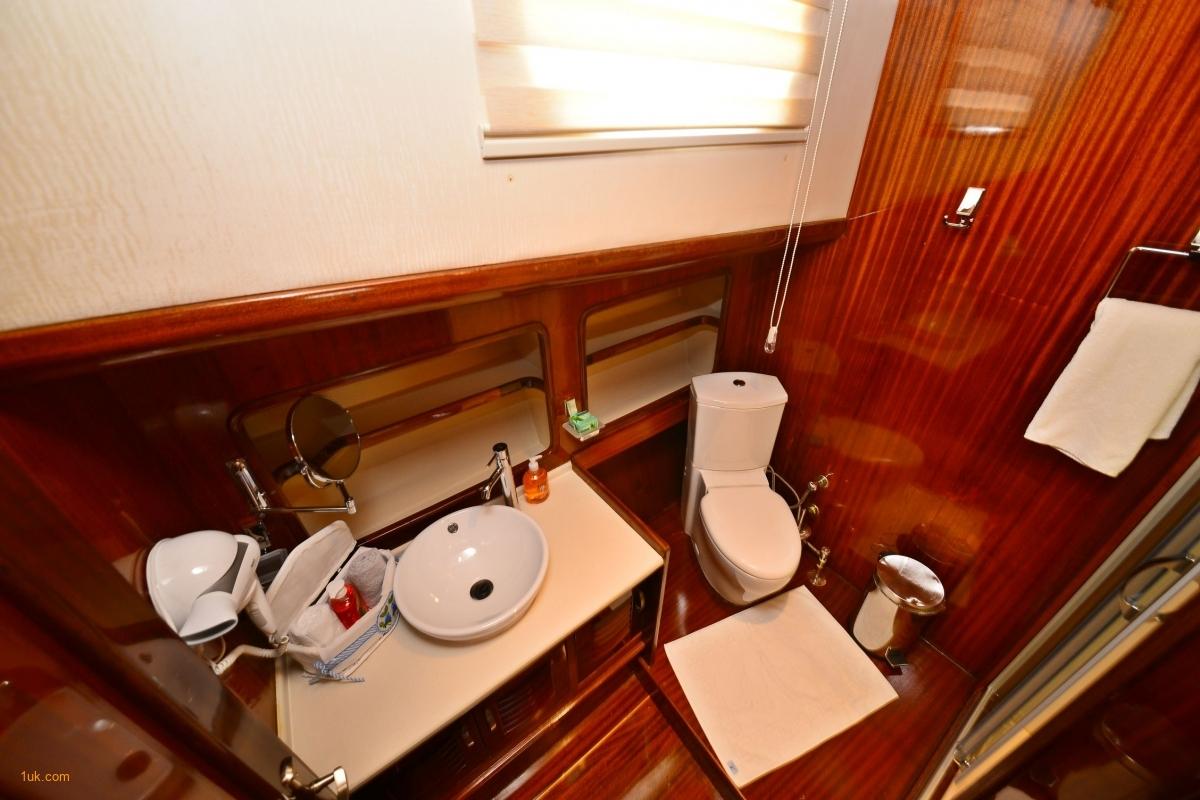gulet-luce-del-mare-bathroom-jpg-2a8c57a9487f779f81c51830140