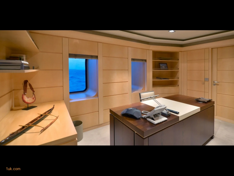 Office and desk space on the Triple Seven 68m