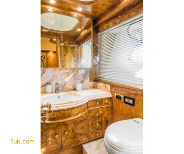 Head and bathroom on the Astondoa GLX 82
