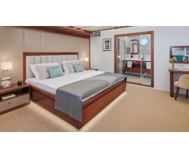 Queen size bedroom with high quality bed linen